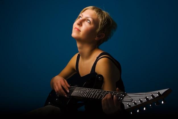 블루에 기타와 음악 여자