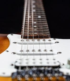 록, 블루스, 금속 노래를 위한 악기. 기타 문자열을 닫습니다. 일렉트릭 베이스 기타. 전자 기타. 음악 기타 닫습니다. 현악기