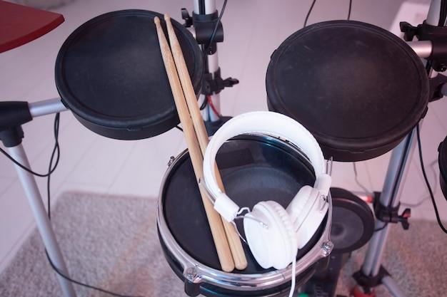 악기, 취미 및 음악 개념-닫기 전자 드럼 키트의 최대