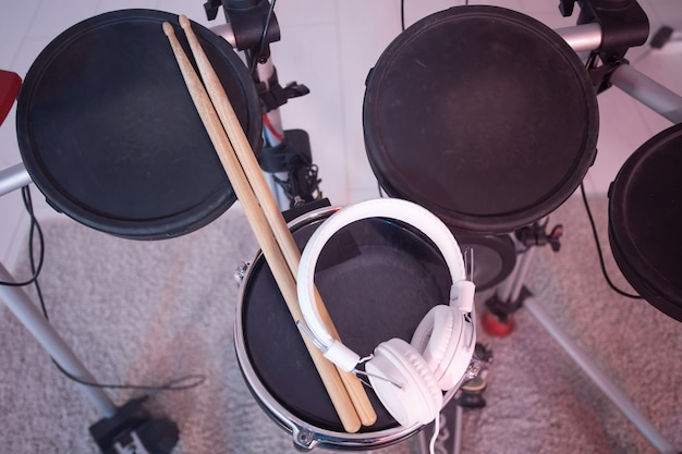 악기, 취미 및 음악 개념-전자 드럼 세트