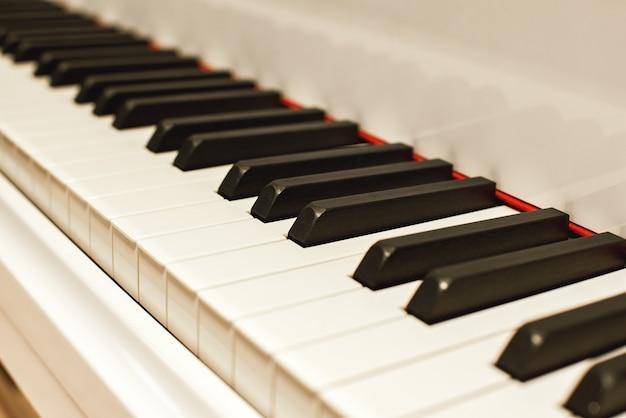 Музыкальное путешествие, вид сбоку фортепианной клавиатуры с черно-белыми клавишами музыкального инструмента