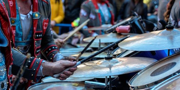 Музыкальный оркестр с большим барабаном