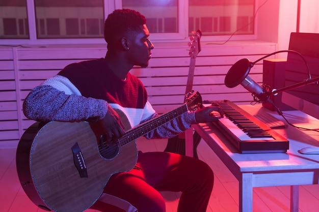 음악가 및 음악 개념 만들기-녹음 스튜디오에서 일하는 아프리카 계 미국인 남성 사운드 프로듀서