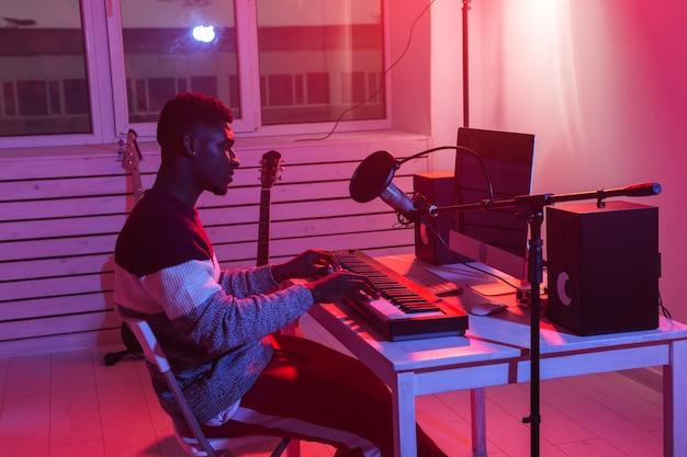 음악가 및 음악 개념 만들기. 녹음 스튜디오에서 일하는 아프리카 계 미국인 남자 사운드 프로듀서