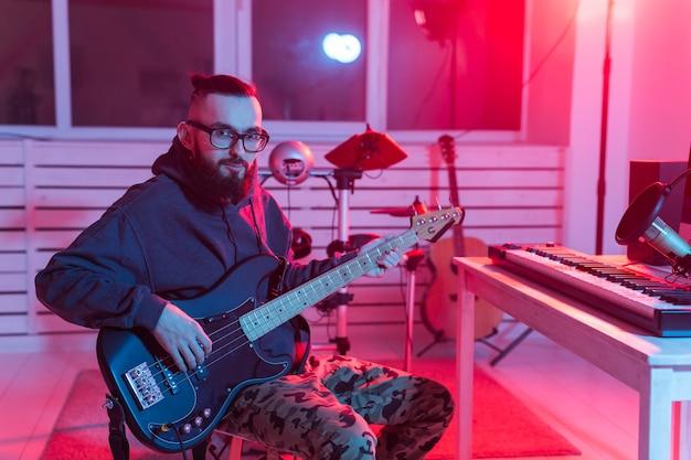 Музыкант и создание музыки концепции - мужской звукорежиссер, работающий в студии звукозаписи.