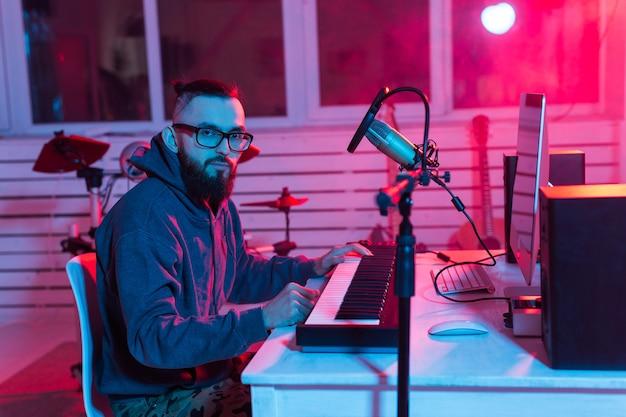 ミュージシャンと音楽のコンセプトを作る。レコーディングスタジオで働く男のサウンドプロデューサー。