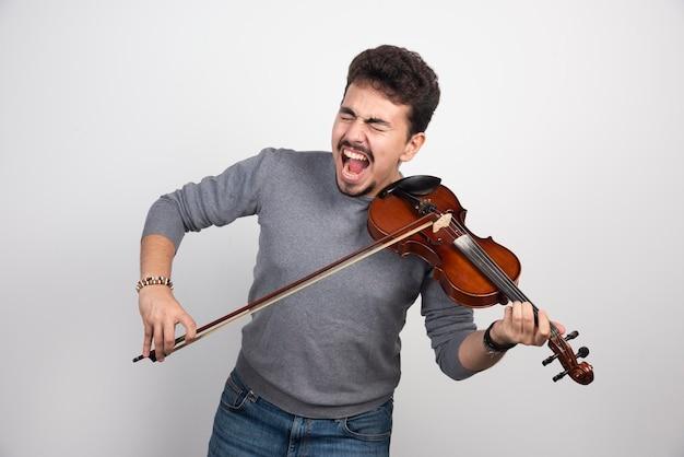 Il musicista è nervoso per la sua esibizione al violino.