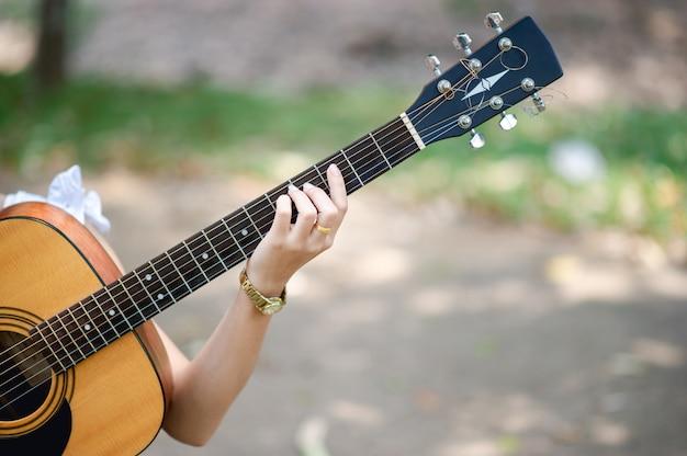 Руки музыканта и акустические гитары, музыкальные инструменты с очень хорошим звучанием
