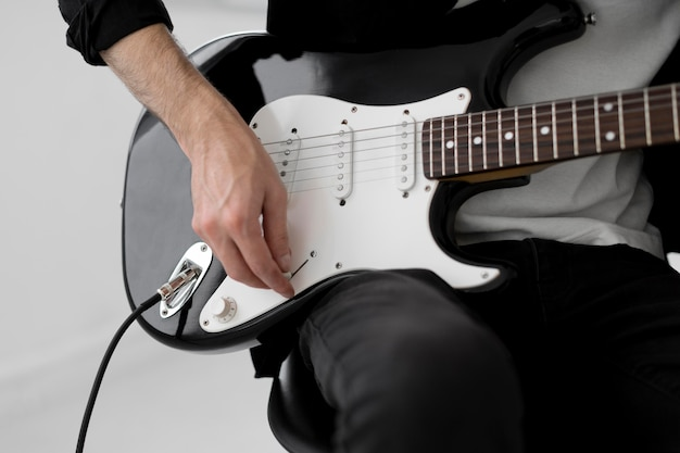 Музыкант играет на электрогитаре