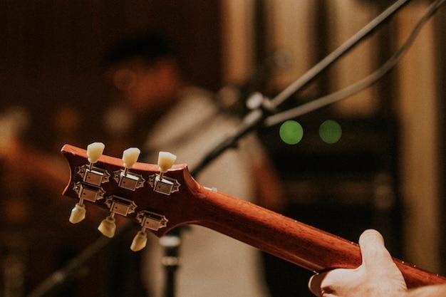 Musicista che suona la chitarra in sottofondo, fotografia estetica