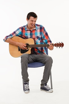 Музыкант играет на гитаре.