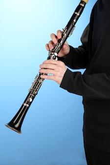 青のクラリネットで演奏するミュージシャン