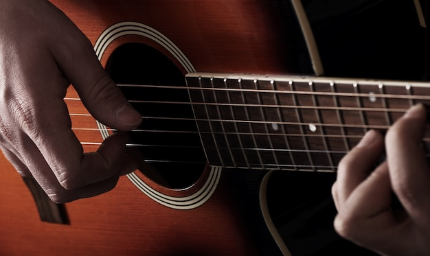 Музыкант играет на гитаре