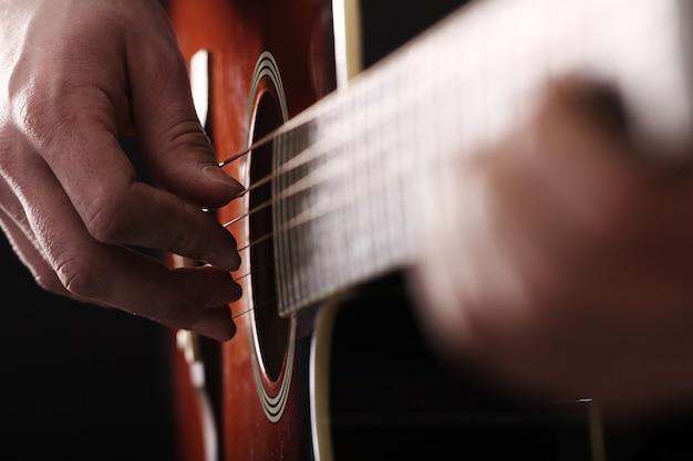 ギターで演奏するミュージシャン