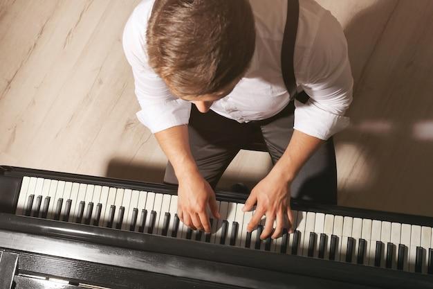 Музыкант играет на пианино