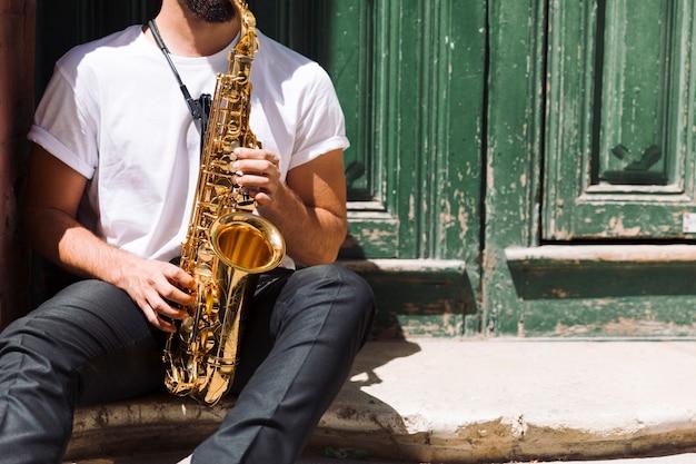 通りでサックスを演奏するミュージシャン