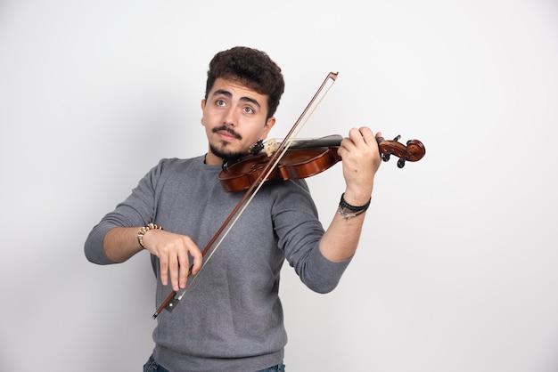 Музыкант играет на скрипке классическое романтическое произведение.