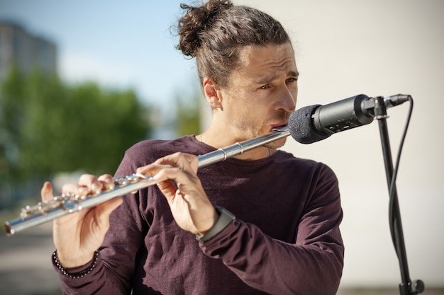 Музыкант играет на флейте
