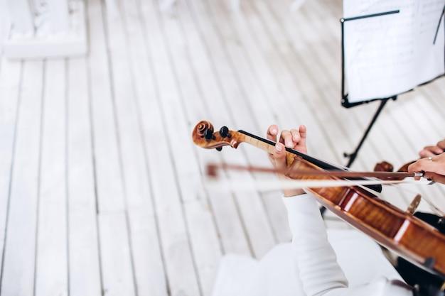 Музыкант играет на скрипке. музыкальный инструмент.