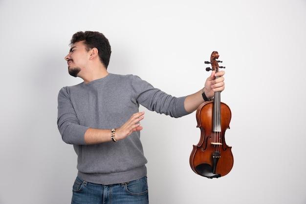 Il musicista suona il violino e si rifiuta di ascoltare i critici.