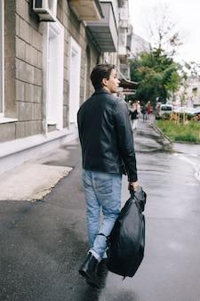 ミュージシャンロックスタイルの男性パフォーマーギターストリートロードコンセプト
