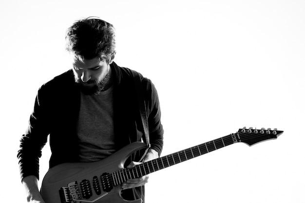 Музыкант с гитарой, рок-звезда, эмоции, развлечение, современный исполнитель.