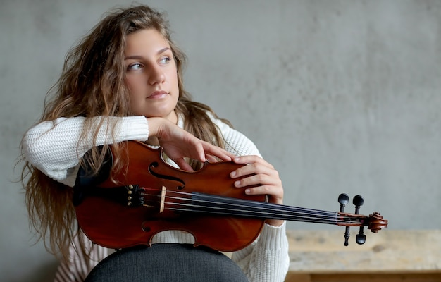 バイオリンを持つミュージシャン