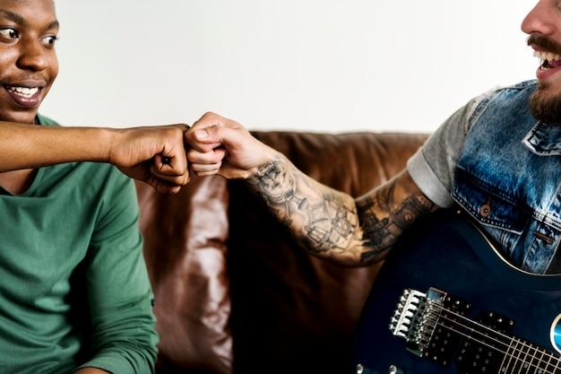 Музыканты натыкаются на кулак
