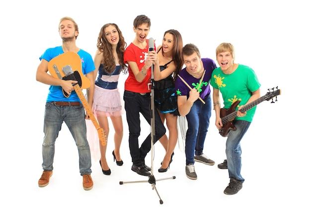 흰색 배경에 격리된 콘서트에서 악기를 연주하는 음악가 그룹