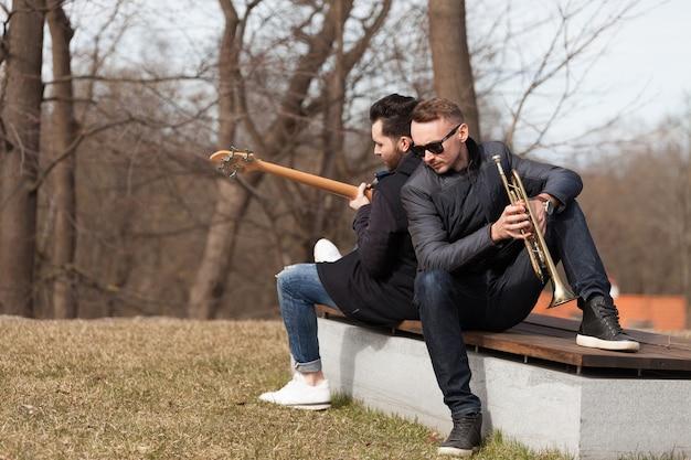 屋外のベンチでミュージシャン