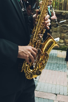 Musicians playing saxo and oboe in the street.