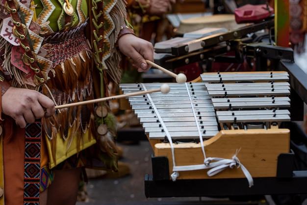 Музыканты играют на ксилофоне на карнавале