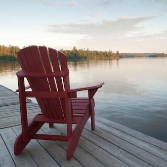 湖の森、オンタリオ州のドックにmuskokaの椅子