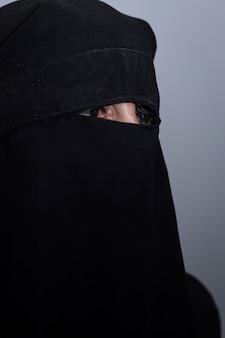 검은 niqab와 이슬람 아랍 여성