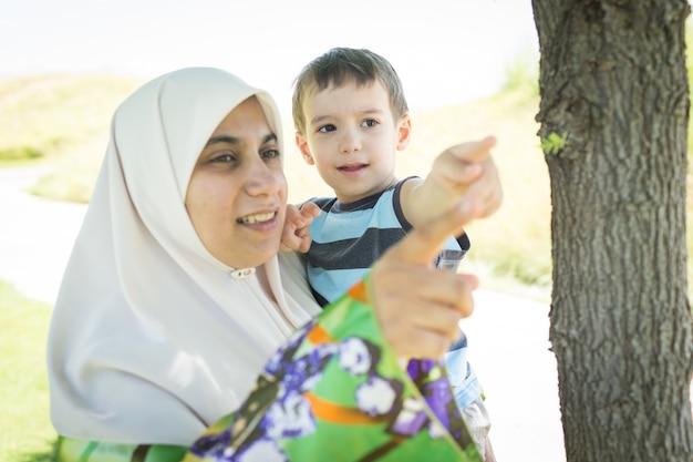 무슬림 아랍어 어머니와 자연 속에서 아이