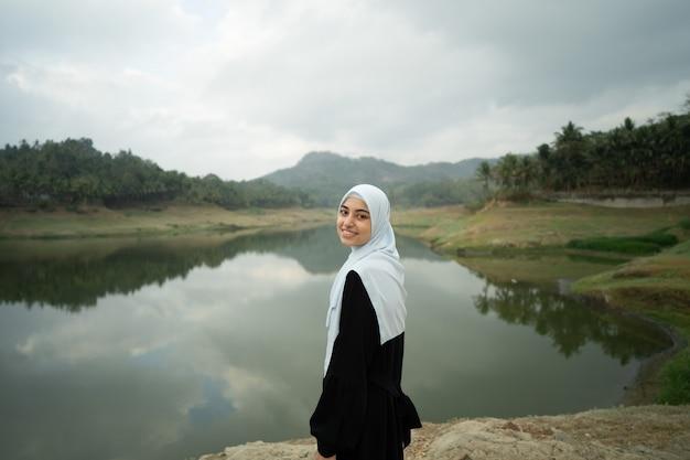 Мусульманская арабская женщина на красивом открытом