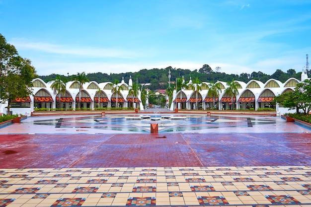 Мусульманская архитектура. орлиная площадь на острове лангкави.