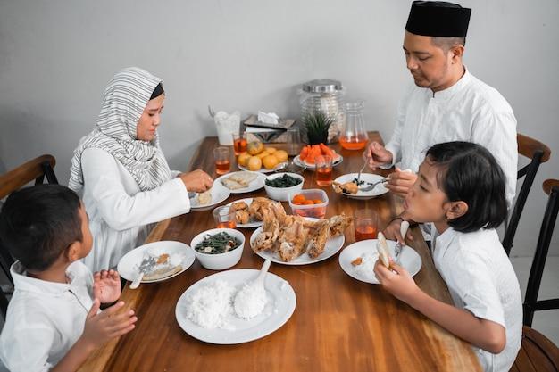 Мусульманская азиатская семья, имеющая сахур