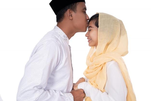 Мусульманские азиатские люди прощают поцелуи