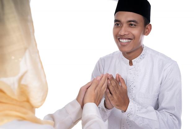 Мусульманские азиатские люди прощают