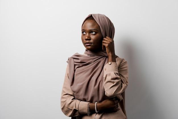 イスラム教徒の黒人の女の子。アフリカの女性。モデルのポーズ。