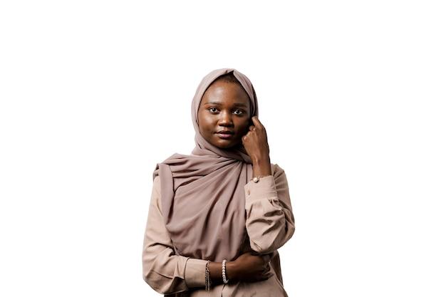 이슬람 흑인 소녀. 아프리카 여자. 모델 포즈.