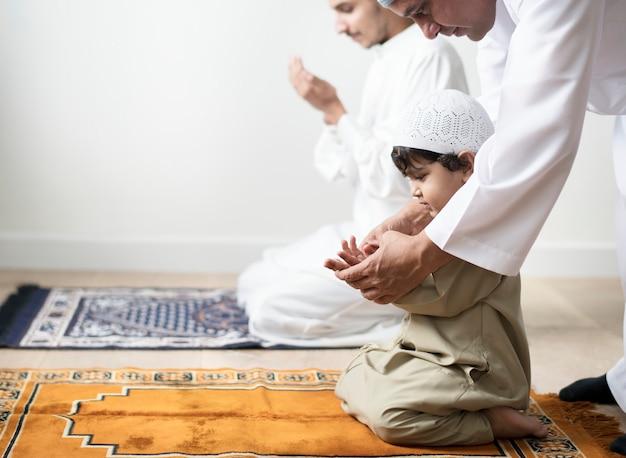 알라에게 두아를 만드는 방법을 배우는 무슬림 소년