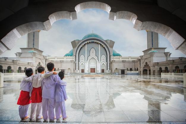 イスラム教徒の少年がモスクで一緒に立つ