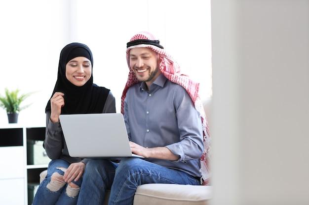 사무실에서 동료와 함께 이슬람 사업가