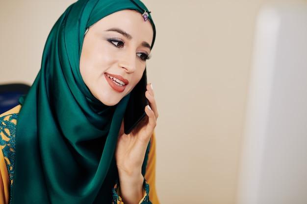 Мусульманская бизнес-леди делает телефонный звонок