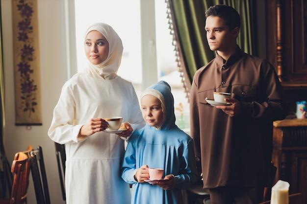 차를 마시는 이슬람 백인 가족