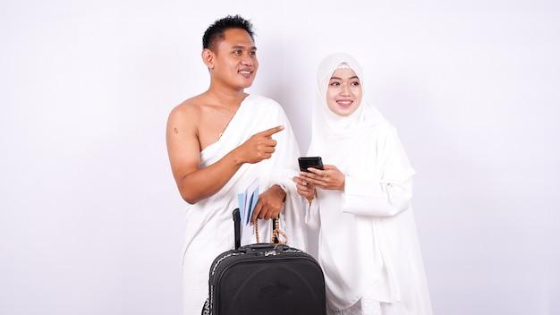 イスラム教徒のカップルは電話が孤立しているように見えます