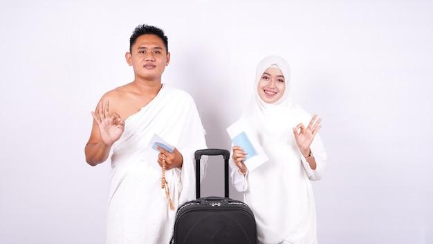 イスラム教徒のカップルは親指を立てて孤立しています