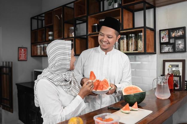 イスラム教徒のカップルが一緒に断食